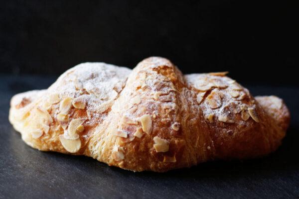 mandel-croissant_süssgebäck_Jetzer_Bäckerei_Konditorei_Basel_Café_Confiserie_Feinbäckerei_Catering_Apéro_Partyservice
