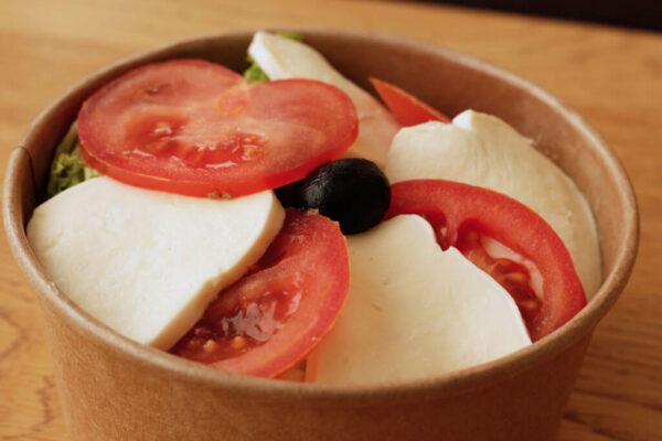 tomaten-mozzarella-salat_Jetzer_Bäckerei_Konditorei_Basel_Café_Confiserie_Feinbäckerei_Catering_Apéro_Partyservice
