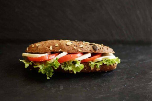 tomaten-mozzarella-sandwich_Jetzer_Bäckerei_Konditorei_Basel_Café_Confiserie_Feinbäckerei_Catering_Apéro_Partyservice